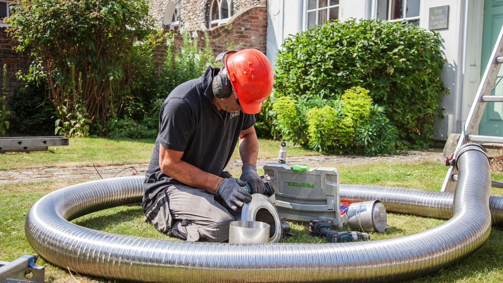 HETAS Engineer cutting 316 flexible liner